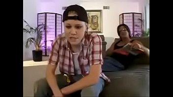 Две сеструхи лесбиянки больно отлизали парнишке