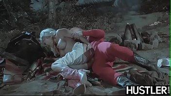Шлюхи раздрочили два ануса перед неграми и занялись с ними групповым сексом