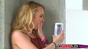 Русская молодежь уединилась в спальне и скинула секс на камеру