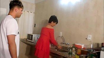 Раздетая русская сучка демонстрирует голое тело и онанирует перед камерой