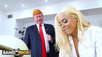 Смазливая блондиночка записала багряные стринги и подрочила маленький горошек клитора