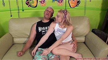 Скромная блондинка удивила молодчика здоровенной любовью к ебле в узенькую жопу