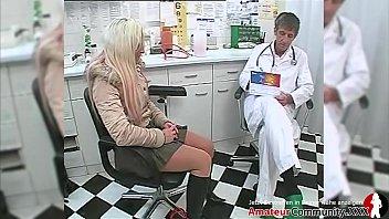 Рождество для русской шлюхи-блондинки прошло с большими членами в аналу