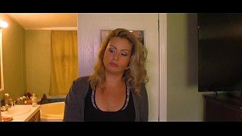 Шлюха-блондинка жарится с мужиками пока ее подруги играют в душе