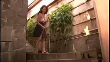 Партнер натирает огромные сисяндры полной милфы, пока она меряет новенькое нижнее белье и чулки