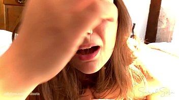 Девушка возбудилась от нежного втирания крема в её нежную кожу