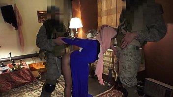 Азиатка в коротенькой платье мастурбирует на качели и ебёт себя толстым фаллоимитатор